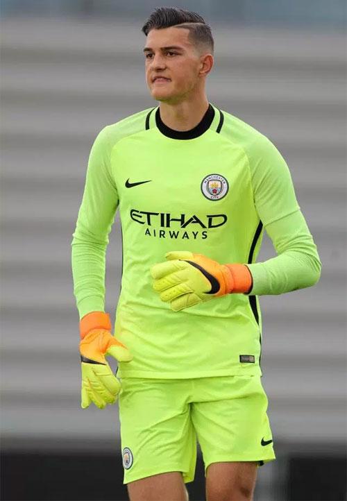 Thủ thành trẻ tuổi vừa chuyển tới Man City hồi tháng 7.