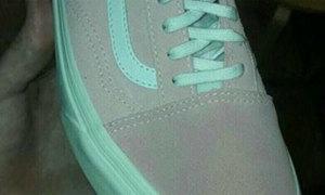 Tranh cãi quanh chiếc giày 'xanh xám - hồng trắng'