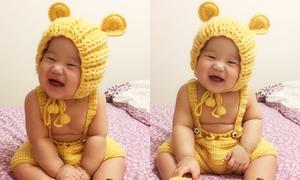 'Gấu con' 7 tháng tuổi cười tít mắt với món quà bà ngoại tặng