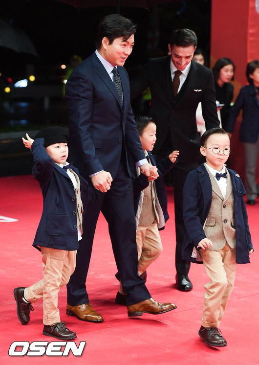 Ba cậu nhóc nhà Song Il Gook cùng bố sải bước trên thảm đỏ.