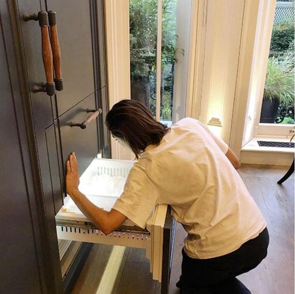 Cruz đăng ảnh mẹ đang cố sửa ngăn đá tủ lạnh