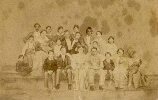 to-mo-quanh-chuyen-phong-the-cua-cap-song-sinh-dinh-lien-thai-lan-2