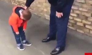Bé trai ôm mặt khóc khi được đoàn tụ với cha sau 6 tháng xa cách