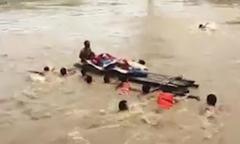 Hàng chục người đẩy bè qua sông đưa cụ bà đi cấp cứu