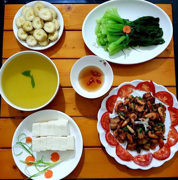 co-chi-ca-kheo-chi-tieu-voi-mam-com-50-nghin-dong-cho-ba-nguoi-1