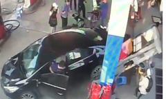 Tài xế lùi ôtô húc hàng loạt xe máy, tông đổ trụ bơm xăng