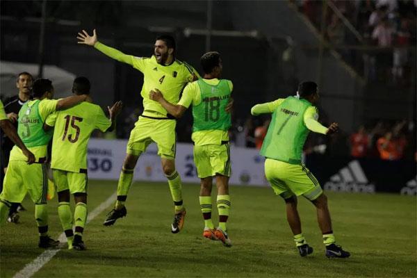 Các tuyển thủ Venezuela mừng bàn thắng muộn bất ngờ trên sân của Paraguay hôm 11/10.\