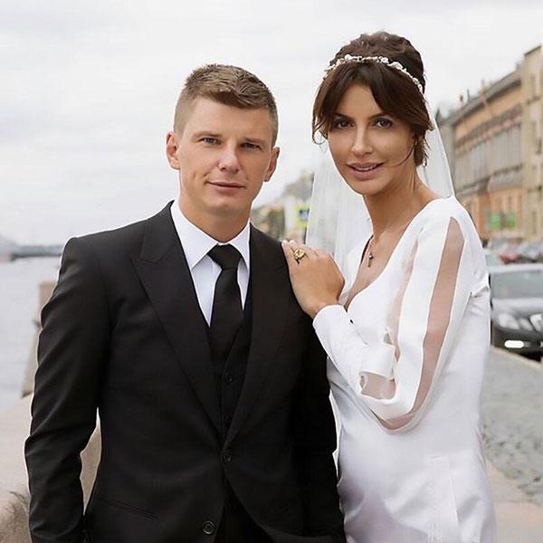 Arshavin và cô vợ Alisa trong ngày cưới mùa thu năm ngoái.