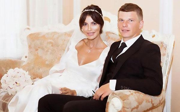 Alisa và tiền vệ Nga đến với nhau sau khi cả hai đều đã có 3 con với mối tình cũ.
