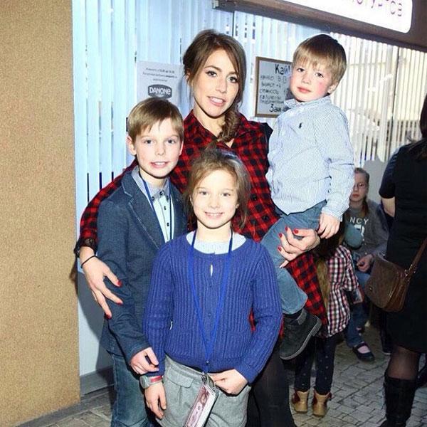 Vợ cũ Julia bên 3 đứa con