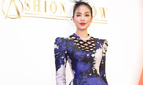 Phạm Hương nổi bật giữa dàn người đẹp trong show thời trang