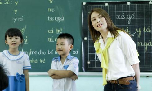 Mỹ Tâm làm cô giáo trong chuyến từ thiện tại Quảng Nam