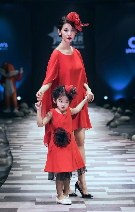 hoa-hau-huong-giang-lan-dau-catwalk-cung-con-gai-cung-5