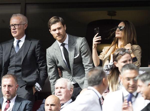 Vợ chồng cựu tiền vệ Liverpool, Xabi Alonso, trên khán đài sân Anfield hôm cuối tuần.