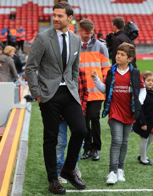 Xabi Alonso và con trai cả Jonxtu tại Anfield.