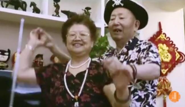 cu-ba-livestream-moi-ngay-de-giup-chong-bi-sa-sut-tri-tue-1