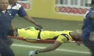 Thủ môn Indonesia qua đời sau va chạm mạnh trên sân