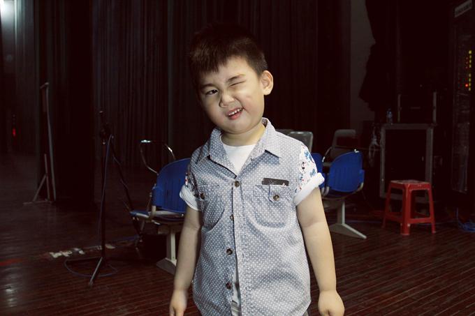 kim-tu-long-dua-hai-con-trai-chay-show-cung-bo-me-5