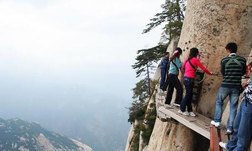 """Du khách """"đi bộ giữa không trung"""" ở vách núi tử thần"""