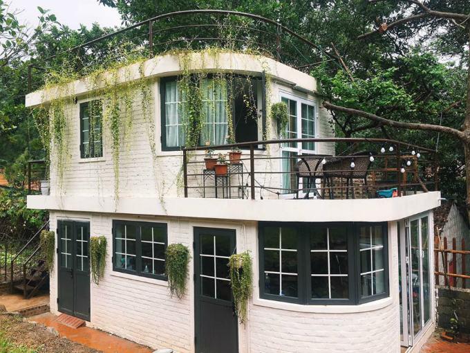 Bạn có thể tham khảo một số lựa chọn khác là khu nhà trắng và khu nhà gạch lớn. Khu nhà trắng giống như một căn biệt thự thu nhỏ, sơn màu trắng toát, có ban công nhỏ xinh, ngập tràn nắng và cây xanh. Còn khu nhà gạch lớn dành cho nhóm đông 10 người, bao gồm sân vườn BBQ, bể ngâm di động, trần nhà mái cỏ xanh.