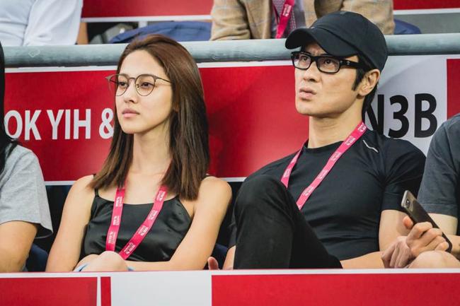 Tờ HK01 ghi lại hình ảnh Trịnh Gia Dĩnh và bạn gái Hoa hậu Trần Khải Lâm cùng nhau đi xem trận đầu tennis