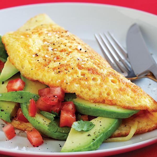 Trứng tráng ăn kèm bơ và cà chua thái lát.