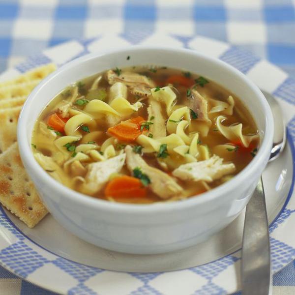 Nếu thích bữa sáng kiểu châu Á truyền thống, bạn có thể chuẩn bị một bát canh hầm cà rốt, cải tây và mỳ khoai tây.