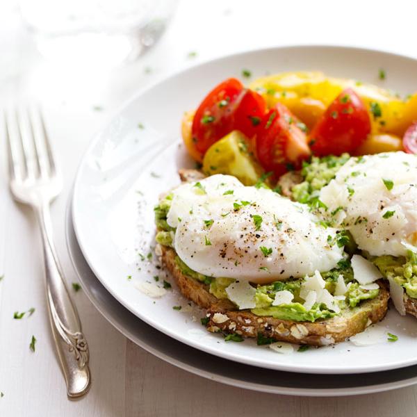 Bánh mỳ nướng ăn kèm trứng ốp la và một lát bơ là bữa sáng quen thuộc của nhiều huấn luyện viên thể hình.