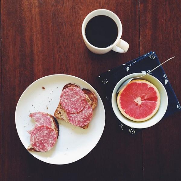 Nếu không có nhiều thời gian nướng bánh, bạn có thể ăn 2 lát bánh mì kèm salami và một phần hoa quả.