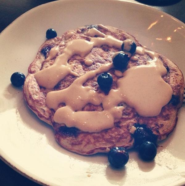 Nếu có thời gian chuẩn bị, hãy làm một chiếc bánh pancake với bột protein, lòng trắng trứng, 1/2 cốc chuối nghiền, ăn kèm với vài quả