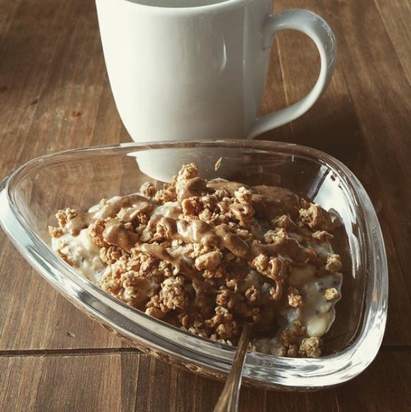 Yến mạch nấu với sữa tươi ăn kèm mứt chuối.
