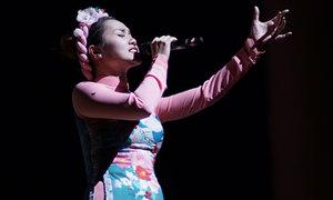 Ngọc Anh diện áo dài, biểu diễn phiêu linh trên sân khấu Hàn Quốc