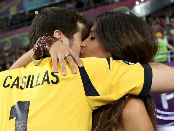 Sara Carbonero và ông xã Casillas. Ảnh: NS.