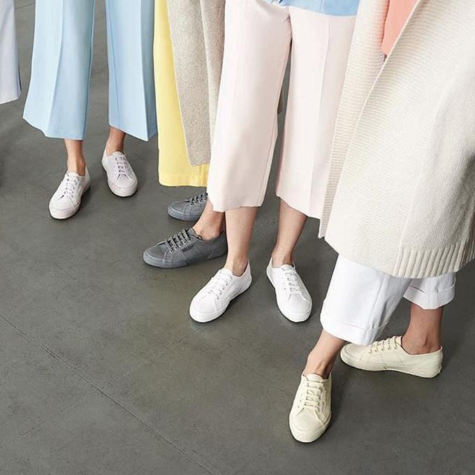 Superga nổi tiếng với những đôi sneakers màu sắc và êm chân tuyệt đối.