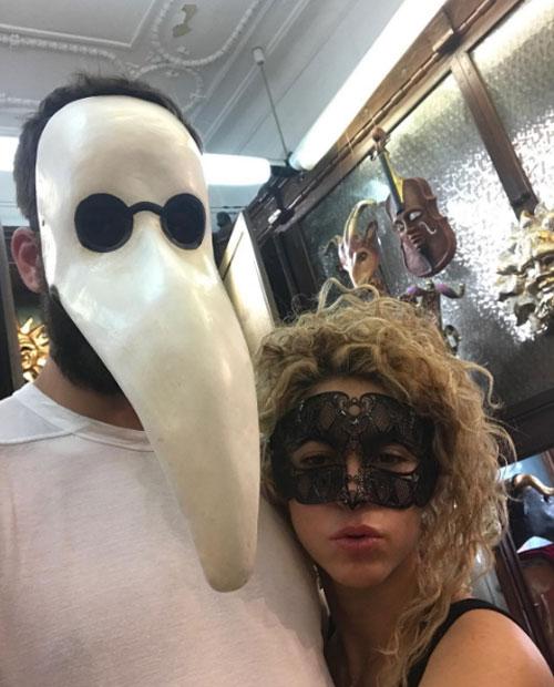 Pique và Shakira cùng đi mua mặt nạ