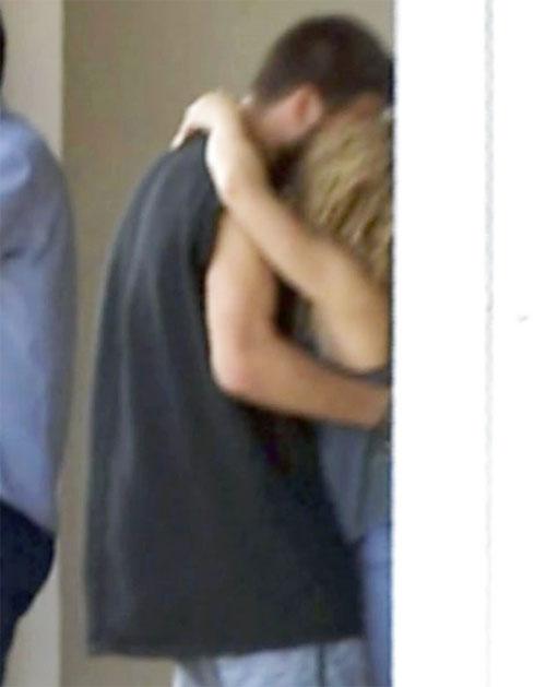 Đôi tình nhân ôm hôn nhau thắm thiết gần biệt thự ở Barcelona hôm 10/10.