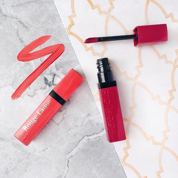 Dòng son kem mới ra mắt đầu năm nay của Bourjois, Rouge Laque Liquid Lipstick, có chất lượng cải tiến rất nhiều so với dòng son tiền nhiệm. Chất son mềm mịn,