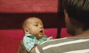 Bé vài tháng tuổi ê a hát theo mẹ