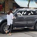 Cô gái dán băng vệ sinh khắp ôtô đỗ trước cửa hàng Hà Nội