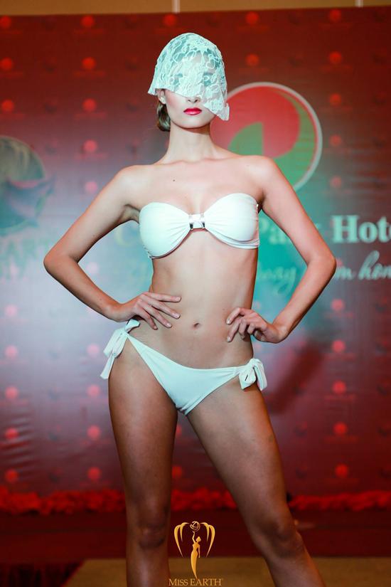 ha-thu-va-cac-thi-sinh-miss-earth-deo-mang-trinh-dien-bikini-4