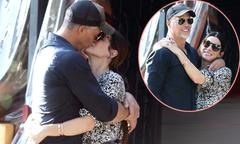 Sandra Bullock dịu dàng hôn bạn trai trên đường phố