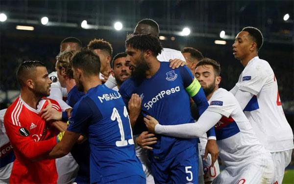Nhóm cầu thủ Lyon và Everton