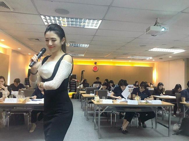 Cô nhận nhiệm vụ đào tạo các học sinh nhiều lứa tuổi khác nhau để họ có thể thành thục thứ ngoại ngữ được sử dụng nhiều thứ hai tại Thái Lan sau ngôn ngữ mẹ đẻ.