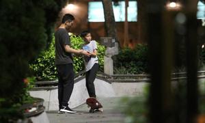 Trương Trí Lâm cùng con trai học chơi ván trượt