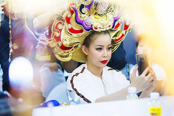 Trước đó, Hoa hậu Hải Dương đã mất hàng giờ để trang điểm.