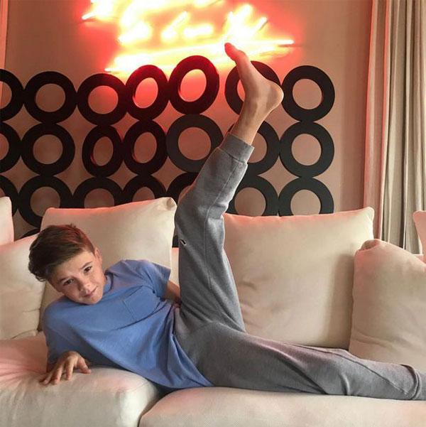 Nhóc Cruz thực hiện động tác kéo căng chân giống mẹ. Ảnh: Instagram.