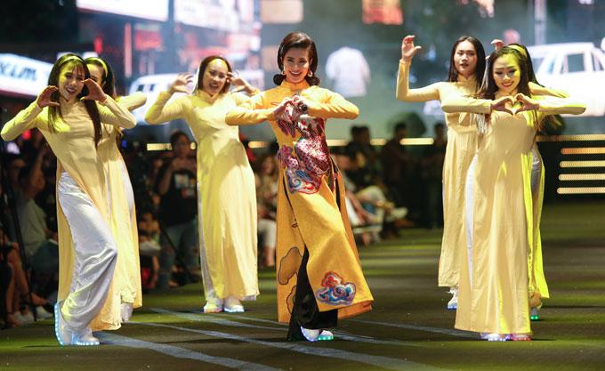 ha-kieu-anh-dien-vay-tua-rua-xuyen-thau-thanh-hang-kin-dao-di-su-kien-4