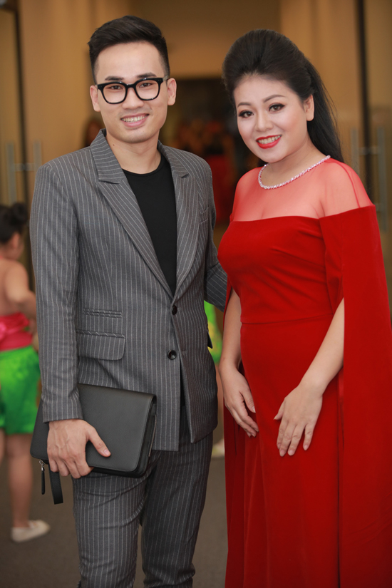 trong-tan-duoc-vo-make-up-cham-soc-ky-luong-trong-liveshow-4