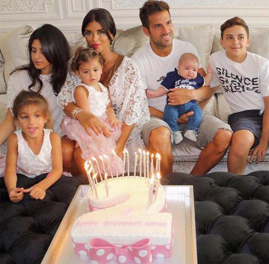 Fabregas bên người tình Daniella Semaan, hai con riêng của cô và ba nhóc