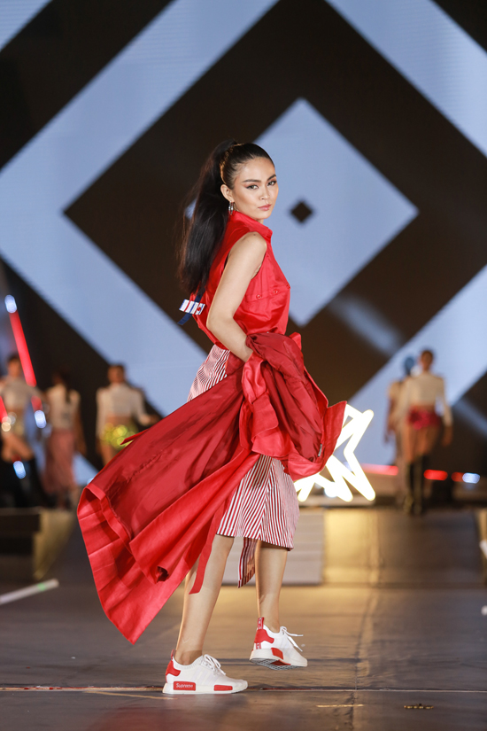hoang-thuy-mau-thuy-canh-tranh-ve-sexy-tren-san-catwalk-6